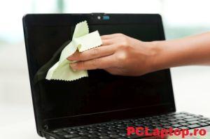 curata ecranul laptopului